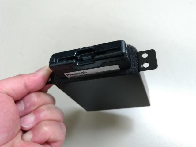 ブラケットに両面テープでETCを貼る